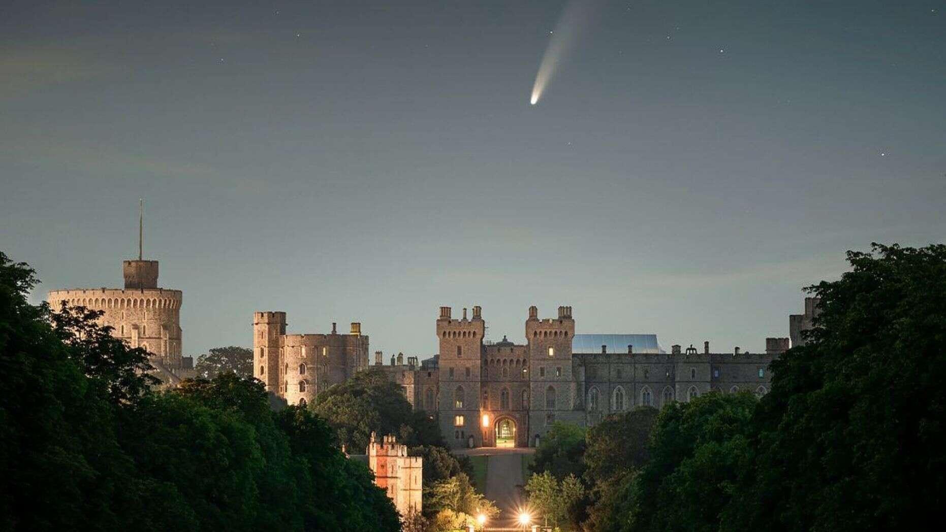 La cometa NEOWISE avvistata sul Castello di Windsor in una foto incredibile